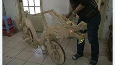 Un soldador chino crea una bicicleta con 22.000 palitos de helado