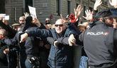 Miles de pensionistas bloquean la entrada del Congreso