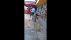 Un turista vierte ácido donde descansa una indigente