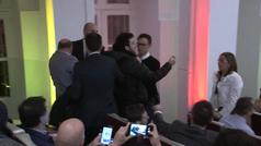 """Un CDR interrumpe a Josep Borrell en Bruselas: """"La Constitución es una puta farsa"""""""