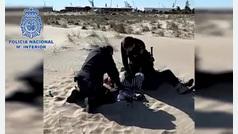 Dos policías le salvan la vida a una mujer inconsciente