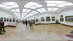 Un hombre pasea desnudo por el museo más importante de Rusia