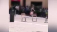 Niños de 10 años gritan 'Libertad presos políticos' a la salida del colegio