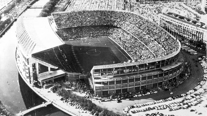 714cb1e5bf620 Primer partido en el Calderón con gol de Luis Aragonés YouTube paramecio1980