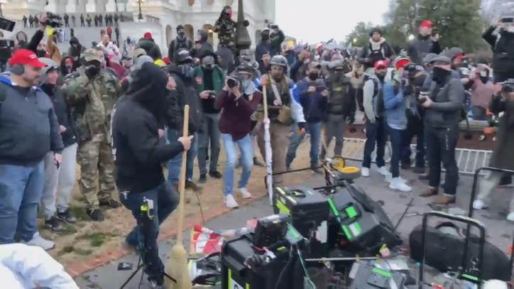 Capitolio de EEUU: Los asaltantes al Capitolio de EE.UU. destrozaron los equipos de grabación de los periodistas | Marca.com