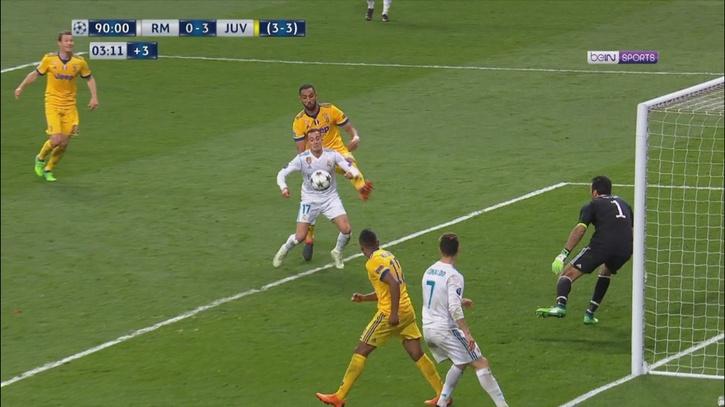 375c9952df Champions League  El penalti de Benatia a Lucas Vázquez desde todos ...