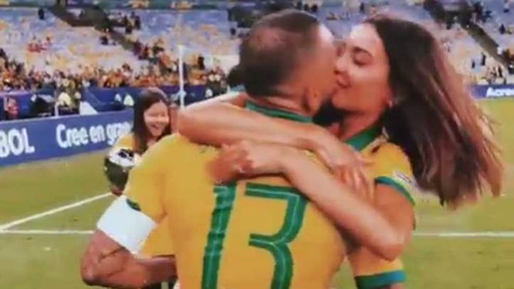 Joana Sanz Se Come A Besos A Dani Alves Con Un Mensaje De Amor