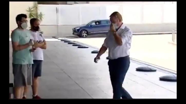 มาแล้ว ! คูมันน์ ถูกจับภาพได้ที่สนามบินบาร์เซโลนา
