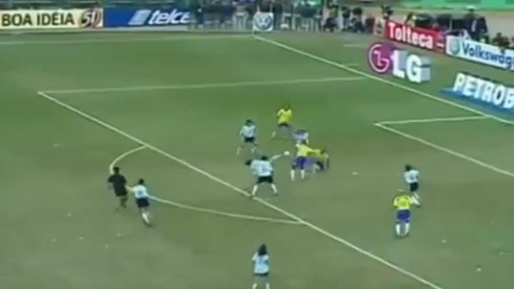 50f498fac4 El golazo de Adriano ante Argentina que valió un Copa América. En sus  inicios en Brasil ...