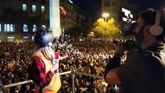 Lanzamiento de objetos a una periodista de Cuatro en Barcelona