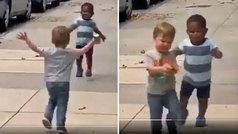 El tierno abrazo viral de un niño negro y otro blanco que encoge el corazón a Twitter... ¡de la mano
