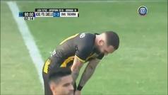 Un jugador hace un gol y se larga a llorar por la tristeza de eliminar al equipo dirigido por su padre