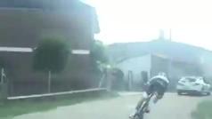 Increíble: ¡Un ciclista hace una 'salvada' antológica mientras entrenaba!