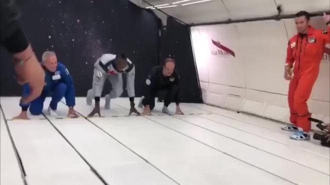 Bolt corre y bebe champán en un avión sin gravedad