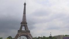 Evacúan la Torre Eiffel por la presencia de un hombre escalando el monumento