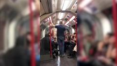 Un hombre intenta atacar a una mujer asiática en el metro de Londres y los pasajeros le dan una pali