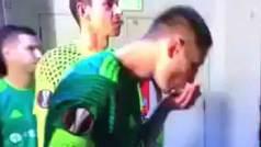 Se escupe en la mano y se limpia la cara con sus babas: ¡le sirvió para marcar!