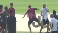 Higuaín pierde los papeles y golpea a un ayudante de Sarri antes de patear una valla publicitaria