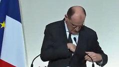 El primer ministro francés busca desesperadamente sus gafas... ¡que llevaba puestas!
