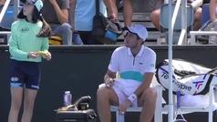 Un juez de silla recrimina a un tenista por pedir a una recogepelotas que le dé el plátano pelado