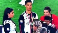 Cristiano Ronaldo golpea involuntariamente a su hijo con la copa de la Juventus