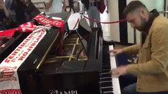 Un aficionado del Sevilla vio un piano en el aeropuerto de Roma y sucedió esto