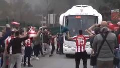 Gran recibimiento de los aficionados a la plantilla del Athletic en Lezama