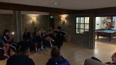 El nuevo fisio del Olympique de Lyon se presenta así: ¡exhibición de break dance como 'novatada'!