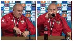 Mientras unos apartan las Coca-Colas... Otros se las beben como Cherchesov