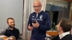 Las novatadas de la Selección de Italia: Luca Vialli canta a lo Lucio Battisti