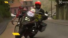 Lanza un ataque al pelotón y una moto no le atropella ¡por milímetros!