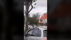 Un policía detiene a uno de los atacantes a las mezquitas en Nueva Zelanda