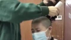Enfermeros chinos de Wuhan se rapan el pelo entre lágrimas