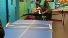 Juega al ping pong con el pie y le gana los puntos a su rival, que juega con pala
