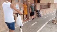 Le ponen un carril bici en la puerta de su casa y la solución es insuperable