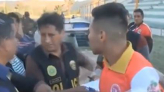 Lo nunca visto: ¡detienen a un jugador en pleno partido en Perú!