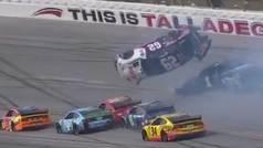 Brutal accidente en la NASCAR con un coche volando por los aires