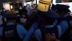 Se lía durante la ceremonia entre protestantes y la policía de Tokio