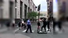 Cuando el baloncesto une a los policías y a los manifestantes