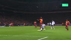 En Turquía 'atizan' a Gil Manzano por su error: ¡penalti tras golpear el balón en el pecho del central!