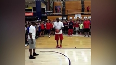 Michael Jordan deja sin zapatillas nuevas a decenas de niños enchufando hasta con los ojos tapados