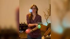 La malabarista 'fluorescente' que hipnotiza a Instagram con sus cámaras lentas