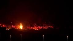 La lava del volcán sigue su camino hacia la costa, pero parece que no llegará al mar