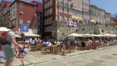 Cientos de aficionados ingleses disfrutan del sol y la cerveza en Oporto