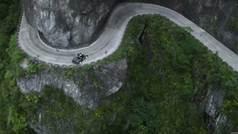 Ken Block conduce sobre al abismo de las 99 curvas de la 'Puerta del Cielo'