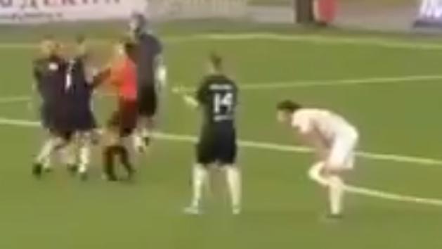 Roman Shirokov le pega un puñetazo a un árbitro en un partido benéfico