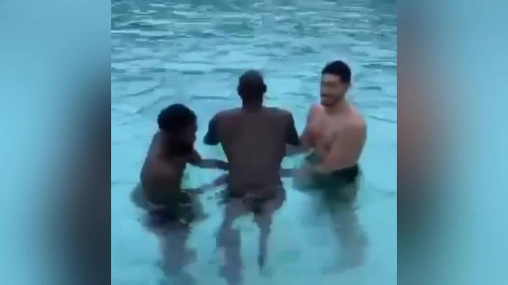 Tacko Fall aprende a nadar con Jaylen Brown y Kanter