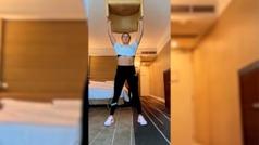 La británica Heather Watson se entrena en su habitación del hotel en Australia