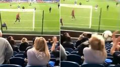 Escalofriante balonazo en la cabeza a una aficionada del Burnley: duele nada más verlo