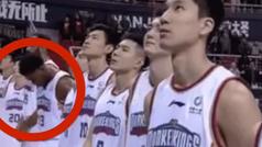 Multan y amenazan a un ex NBA por no mirar a la bandera de China durante el himno